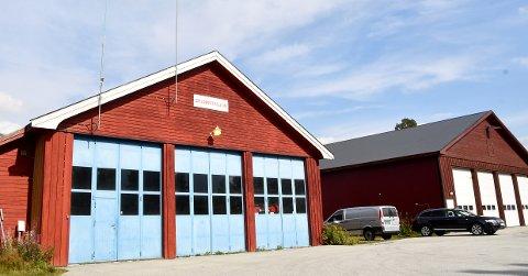 NY LØSNING: Den mangelfulle brannstasjonen (t.v.) og bussgarasjen på Lesjaskog.