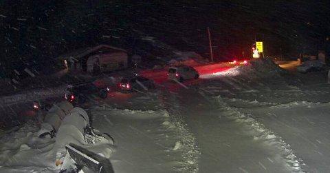 Bilister ved bommen på riksvei 7 ved Haugastøl søndag kveld. Foto: Statens vegvesen / NTB scanpix