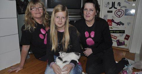 GAVE: Rita Halvorsen (til venstre) og Liv Sletvold i Hjelp Pus Hadeland er glade for gaven fra 11 år gamle Helene Hofsmarken Haugen.