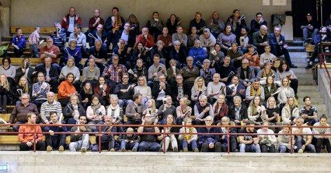 Haldens ordfører, Thor Edquist, helt oppe i høyre hjørnet på bildet, var en av mange haldensere som hadde tatt turen til Remmenhallen for å se HTH ta i mot Nøtterøy.