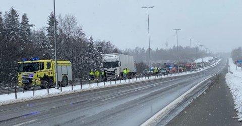 ULYKKE PÅ E6: Tre biler er involvert i kjedekollisjonen. E6 er stengt fra Halmstad.