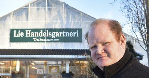 UFORSTÅELIG: Andreas Pettersen ved Lie Handelsgartneri har vanskelig for å forstå hvorfor han og andre blomsterhandlere ikke kan få selge varer utendørs. - Vi har nå stemor for 70.000-80.000 kroner som er klare for salg, sier han.