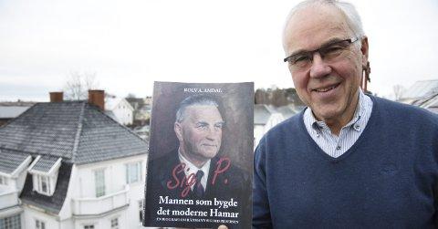 BIOGRAFEN: Rolv A. Amdal har skrevet biografien om Sig. P, mannen som bygde det moderne Hamar. Foto: Håvard Lillebo