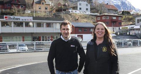 «Det går likar no»: Øyvind Ribesen, daglig leder ved Bohus Odda, og Birgitta Sandven ved Bunnpris forteller om en tøff tid for butikkdriften i årene etter storflommen i 2014. Nå er alle prosjektene fullført og næringslivet ser langt lysere på fremtiden.