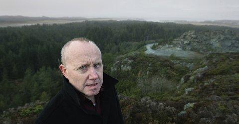 LAR SEG IKKE STOPPE: – Vi kjører på, sier styreleder Arvid Grimstvedt i Fjord Motorpark, som skal bygges i bakgrunnen.
