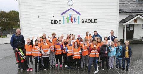 FLOTT GAVE: Trivselsagentene på Eide skole kunne stolte og glade ta imot nye innebandykøller av god kvalitet fra Karmøy Innebandyklubb (KIBK). Helt til venstre ser vi lærer og leder for trivselsagentene på Eide skole, Trond Lindefjeld, Bak til høyre ser vi nestleder Elling Allendes og leder Terje Olav Hagen (helt til høyre) fra KIBK.FOTO: JOAKIM ELLINGSEN