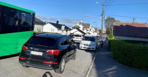 FORBUD: Nå blir det forbudt å parkere i denne trafikkerte gata mellom Vardafjell skole og Grindesvingen.