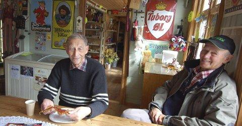 LANG TUR: Odd Borge (til venstre) og Ragnvald Øye var de to som kjørt desidert lengst for å være med på treffet i Kongsfjord. De hadde nemlig kjørt fra henholdsvis Sarpsborg og Stavanger på sine veteranmotorsykler.