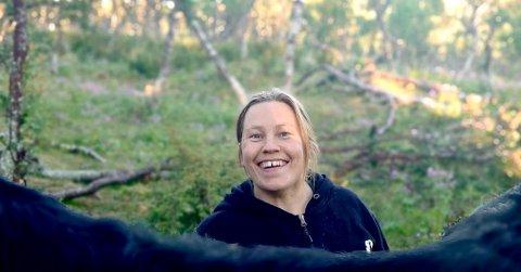 GÅRDSLIV: Hanne Harila har nok å gjøre om dagen når hun kombinerer bondeliv og ordførerrollen i Vadsø.