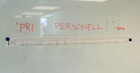 MYE GODT: Kvitteringen på lørdangsgodtet til Porsangerbataljon er på over 140 centimeter. – Han virker litt søtsugen når han ringte, ler kjøpmann Roger Slettvoll.