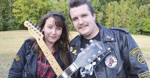 FANT TONEN: Marita Viola Stanger og Christopher Johansen er det mest rocka kjæresteparet på Fosser. Paret spiller sammen i orkesteret Viola Vintage & The Backstreet Cats. FOTO: ROGER ØDEGÅRD