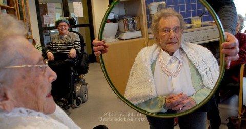 NERVØS: Agnes Sæland (99) var litt nervøs før ho skulle få sminke på for fyrste gong. Her får ho sjå resultatet i spegelen.