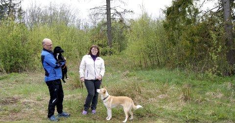FÅR STØTTE: Reidar Lundh og Hege Elisabeth Hammersland har fått god respons på spleis-aksjonen de har satt i gang til inntekt for nødvendige arbeider i hundeparken.