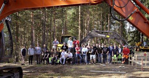 ØKER I OMFANG: Anleggsfag i Kongsberg har fått et oppløft, noe som elever, skolefolk, bransje og fagmiljøet ellers er veldig glade for. Denne gjengen skal om kort tid utgjøre hardt tiltrengte fagfolk i anleggsbransjen i Buskerud.alle FOTO: Lars Bryne