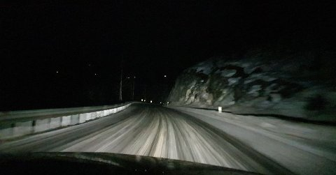 GLATT: I natt var det svært glatt - her på strekningen  mellom Kongsberg og Svene.