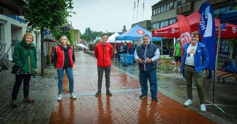 VALGKAMPEN I GANG: De var litt våte, men likevel ved godt mot. Fra venstre; Kari Anne Sand (Sp), Linn-Elise Øhn Mehlen (Rødt), Even A. Røed (Ap), Morten Wold (Frp) og Simen Murud (H).