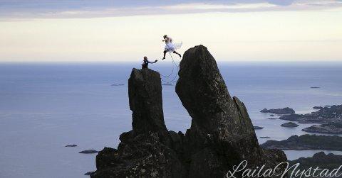 I svevet: Hilde og Øyvind ville ha et spektakulært bryllupsbilde utenom det vanlige. Det er ingen tvil om at de fikk det. Her hopper Hilde fra det ene hornet til det andre på Svolværgeita, mens et vennepar fikk foreviget det romantiske øyeblikket.  Foto: Laila Nystad