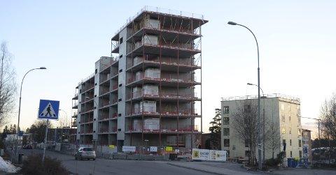 NÅ: Byggingen av de nye boligblokkene i Langbølgen 39 går stadig fremover. Her kommer det også barnehage, i tillegg til at Nordstrand Conditori flytter «hjem» igjen. Foto: Nina Schyberg Olsen