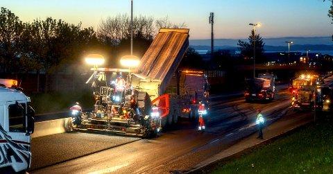 NATTARBEID: De fleste strekningene blir asfaltert om natten, ifølge Statens vegvesen.