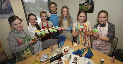 KAKEKAOS: Marthe (10), Lillian (10), Cornelia (10), David (12), Helena (10), Stina (10) og Kristina (10) på cupcakes-kurset hadde en fargerik start på vinterferien på kjøkkenet på Frivillighetssentralen i Kolben.