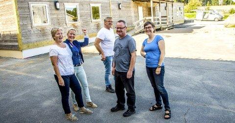 Gleder seg til skolestart: Sigrunn Fjellvik (t.v., lærer), Nina Grini (rektor), Tor Hansen (vaktmester), Arne Eikeland (lærer) og Ingebjørg Engeland (lærer). Foto: Lasse Nordheim