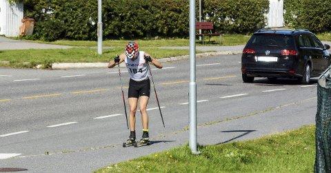 Vekk fra veien: Med en egen tur/rulleskitrasé utenfor bilveiene og fortauene ønsker Larvik Ski å sikre et helårstilbud til unge langrennsløpere. Her er det Tobias Teien i aksjon under KM rulleski i helgen som var.Foto: Torgrim Skogheim