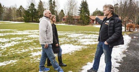 Bygger om: Nils Morten Halvorsen (t.h.) viser Robert Granli og Yvonne Caspersen hvor de nye beachbanene skal ligge. Foto: Torgrim skogheim