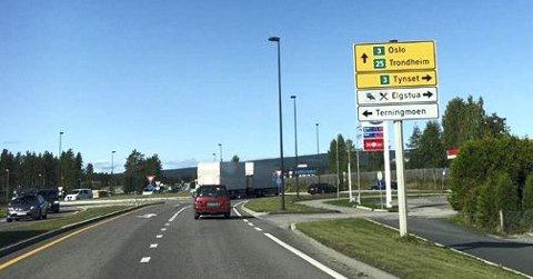 VED BAST: Her er skiltingen ved rundkjøringen ved Bast i Elverum når du kommer østfra.Foto: Privat