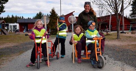 KOSER SEG: Monica Clausen Klemme er klar for å gå på tur med Saga Eida Holen-Schouten, Jens Hangaard Høye, Sofia Motrøen Furulund og Johannes Kure Gåsvik.