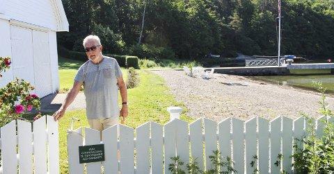 Velleder Steinar Gullvåg i Tenvik og Småvik Vel var en av dem som reagerte på skiltet på porten da Øyene møtte ham her tidligere i sommer. Foto: Nina Therese Blix