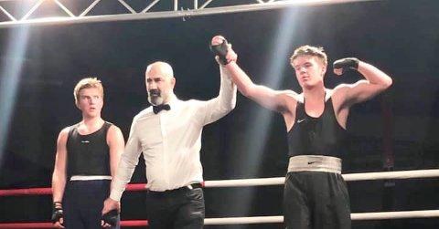 FULL KONTROLL: Marcus Elnæs Øvald (t.h.) ble belønnet med bestemannsprisen etter seieren over Markus Tjong. foto: Privat