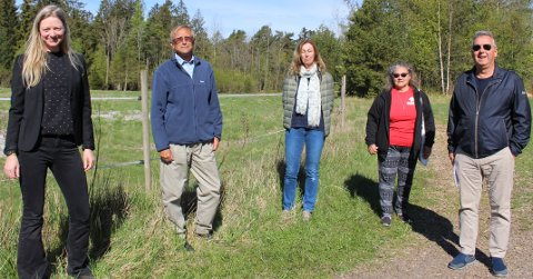 Rødt og grønt: Line Markussen, Venstre, Hans Ødegård og Ana Lopez Taylor i Rødt, Nina Vesteng i MDG og Jan Erik Notvik i Rødt er samtemte kritikere til at det pågår reguleringsplan for boligbygging  på et jordbruksareal med dyrkbar jord i området Sundby-Gjømle.