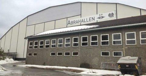 PRIS: Nye Abrahallen slik den står i dag. Som i Stålhallen var servicebyggene og garderobene intakt etter  hallkollapsen. Prisen stoppet på 36 millioner kroner for en hall som er 80x120 meter.
