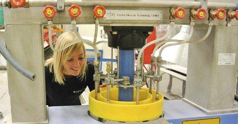 Forsker: Jeg har blitt mer og mer interessert i gruvedrift, sier Marte Kristine Tøgersen. Foto: Ida Røisi