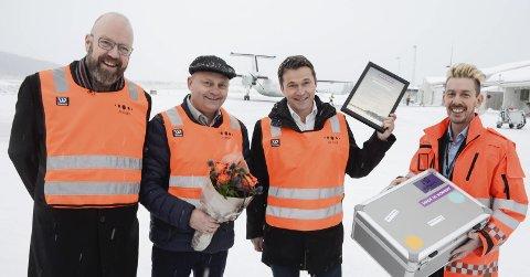 INDUSTRIPRIS: Administrerende direktør Arve Ulriksen og markedssjef Jan Gabor i Mo Industripark synes det er hyggelig at de får Made in Norway-pris for Nord-Norge for sin satsing på det grønne skiftet. Her flankert av Ranas stolte ordfører Geir Waage og lufthavnsjef Flemming Berthelsen ved Mo i Rana lufthavn, som delte ut prisen på vegne av initiativtaker Avinor. Foto: Arne Forbord