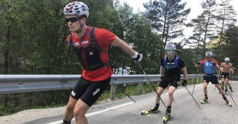 TØFFE TAK: B&Y ILs Fredrik Gjesbakk og det norske utviklingslandslaget i skiskyting har den siste uka vært på samling i Sirdal, og det under ekstrem varme. Foto: Anders Brun Hennum