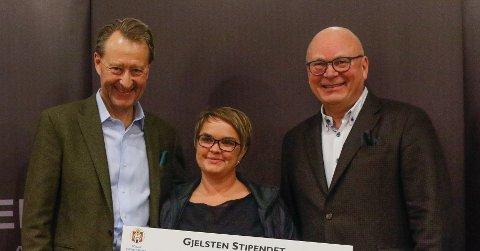 F.v. Bjørn Rune Gjelsten (Gjelsten Holding), Stina Pedersen (Sletten kjøre- og rideklubb) og Tore Sannum (Norges Rytterforbund).