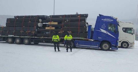 Vogntogene var lastet med materialer til den nye barneskolen på Båsmoen.