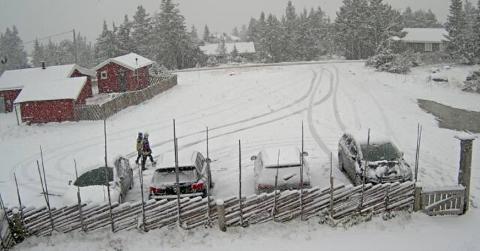 HYGGA: Slik så det ut foran Hygga på Ljøsheim klokken 12.59 torsdag. Se flere bilder i bildekarusellen.
