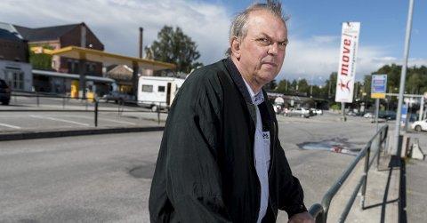 Runar Johansen (H) ønsker at Tippen skal brukes til noe annet enn parkeringsplasser. Han mener folk får tilgang til elva selv om det blir bygninger der.