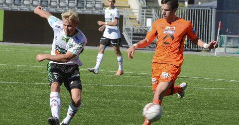 Sigurd Svendsen skal studere idrettsvitenskap ved Universitetet i Tromsø, og er dermed tapt for Hønefoss Ballklubb. Han har spilt sin siste kamp i denne omgang for HBK, men takket av på en verdig måte med å være HBKs beste spiller mot Nybergsund-Trysil.foto: arne tvervaag