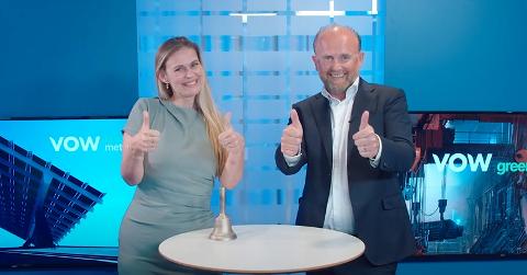 TOMMEL OPP: Toppsjefene Cecilie Jonassen og Henrik Badin viser tommel opp for det nye selskapet Vow Green Metals.