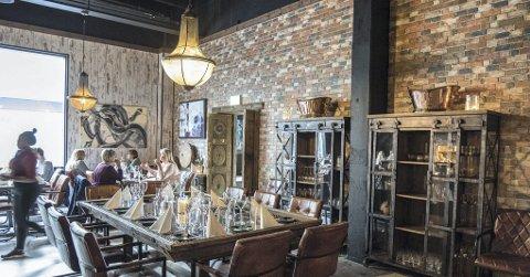 Gjennomført: Innehaverne har åpenbart hatt en klar tanke om hvordan interiøret i restauranten skal framstå. Vegger, gulv, taklamper, bord og skap har en røff stil, og hit kan man like gjerne komme med vernestøvler som pensko.Foto: Vidar Sandnes