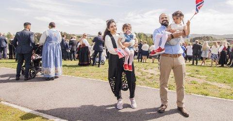 Ny Opplevelse: Sidra på to år sammen med faren Ali, venter på storesøsteren Jana på 5 år og mamma Maysam. Alle foto: Marte Nordahl