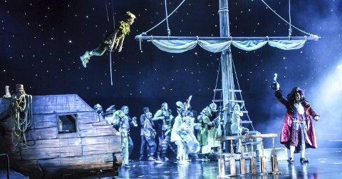 Høye svev: Peter Pan flyr høyt over scenen. Oppsetningen er også et høyt svev for Sandefjord Teaterforening – som de lander trygt. Alle Foto: Paal Even Nygaard