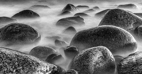 Bølgene: Steinene blir levenede i Martin Olsens bilde.