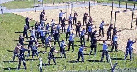 ANSATTE ER MED: Mange ansatte ble med på dansevideoen Indre Østfold fengsel har lagt ut på Facebook. Bildet er et skjermdump fra videoen.