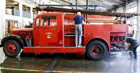 SISTE FINPUSS: Denne Dodge'n ble bygget om til brannbil hos Chr. Bjørges karosserifabrikk i Skien og var i tjeneste i drøyt 30 år. Onsdag ble den polert og vasket foran lørdagens feiring.foto: Fredrik strøm