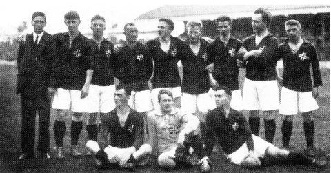 HISTORISKE: Norge var det første landet som slo England i et internasjonalt mesterskap. Resultatet var et «sjokk» for alle – ikke minst i England, som hadde vunnet OL-gull i fotball både i 1908 og 1912. Odd hadde to spillere i OL-troppen i 1920; tomålscorer Einar «Jeja» Gundersen og backen Per Skou.Foto: Scanpix/Arkiv