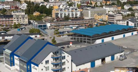 Det kombinerte buss/parkeringsbygget vil stå delvis inn på havneselskapets eiendom på Devoldholmen. Nærmest Nordmørsterminalen.